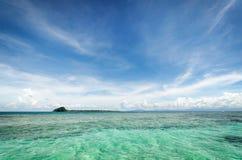 Cielo y vista al mar en Borneo Imagen de archivo libre de regalías