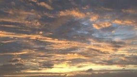 Cielos amarillos y azules durante puesta del sol del océano almacen de metraje de vídeo