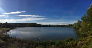 Cielos azules del otoño sobre el lago Westport fotografía de archivo libre de regalías