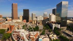 Cielos azules diurnos Atlanta céntrica Ferris Wheel almacen de video