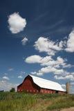 Cielos azules/granero rojo Imágenes de archivo libres de regalías