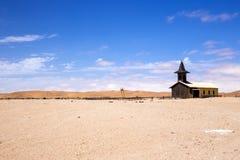 Cielos azules sobre iglesia foto de archivo
