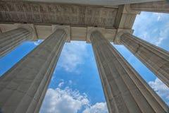Cielos azules a través de las columnas de Lincoln Memorial Fotos de archivo libres de regalías