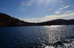 Cielos azules y aguas azules cristalinas Imagen de archivo