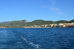 Cielos azules y aguas azules cristalinas en Mallorca Foto de archivo