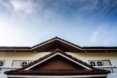 Cielos azules y hogar imagenes de archivo