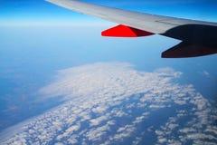 Cielos azules y nubes blancas, la visión desde un airp Imágenes de archivo libres de regalías