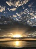 Cielos azules y una puesta del sol brillante Foto de archivo