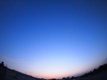 Cielos claros sobre la ciudad después de la puesta del sol Fotos de archivo