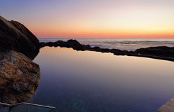 Cielos del amanecer en la piscina azul Imagenes de archivo