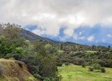 Cielos del claro en las montañas Foto de archivo
