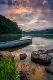 Cielos dramáticos, lago de la montaña, montañas apalaches fotos de archivo