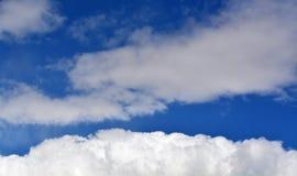 Cielos en parte nublados con las nubes blancas Imagenes de archivo
