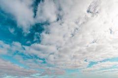 Cielos hermosos con las nubes fotografía de archivo libre de regalías