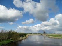 Cielos holandeses con el molino imagenes de archivo