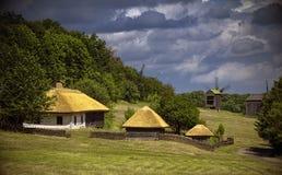 Cielos nublados y casas de madera con los tejados amarillos Fotografía de archivo libre de regalías
