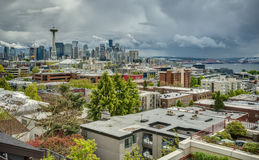 Cielos tempestuosos de la primavera sobre el horizonte céntrico de Seattle Imagen de archivo