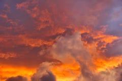 Cielos tempestuosos en la puesta del sol Imagenes de archivo