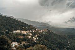 Cielos tempestuosos sobre Belgodere en Córcega imágenes de archivo libres de regalías