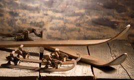Cielos y patines viejos Foto de archivo