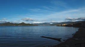 Ciemna łódź lugu jezioro przy pyłem fotografia stock