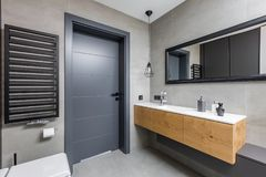 Ciemna łazienka z countertop basenem zdjęcie stock