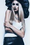 Ciemna blond kobieta w czarnym kapeluszu i bielu wierzchołku Zdjęcie Royalty Free