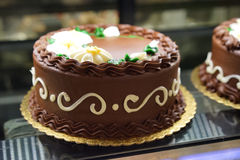Ciemna czekolada dekorujący tort Zdjęcia Stock