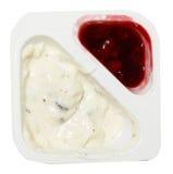 Ciemna czekolada i Czarnej wiśni jogurt Odizolowywający Kropimy obrazy royalty free