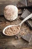 Ciemna czekolada, kakaowy proszek, francuski macaron na drewnianym stole obrazy royalty free