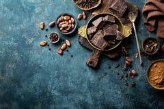 Ciemna czekolada składa zdruzgotane i kakaowe fasole, kulinarny tło obraz royalty free