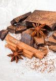 Ciemna czekolada z cynamonowym kijem, anyż gwiazdami i kakao, fotografia stock
