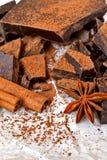 Ciemna czekolada z cynamonowym kijem, anyż gwiazdami i kakao, zdjęcie stock