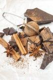 Ciemna czekolada z cynamonowym kijem, anyż gwiazdami i kakao, zdjęcie royalty free