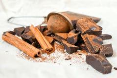 Ciemna czekolada z cynamonowym kijem, anyż gwiazdami i kakao, obraz royalty free