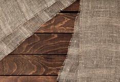 Ciemna drewniana tekstura i tkanina drewniany stół i burlap Obraz Stock