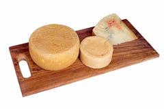Ciemna drewno deska z asortowanym rzemieślnika serem wliczając błękita Obrazy Stock