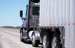 Ciemna duża takielunek ciężarówka z masa gofrującą przyczepą semi odtransportowywa Obrazy Stock