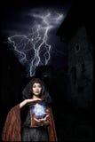 Ciemna królowa duch w ciemnym kasztelu załamywał się, powodować błyskawicowemu suwaczkowi magiczne ręki widoczny zniszczenie kasz obraz stock