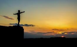 Ciemna męska sylwetka przeciw niebu nad miastem znurzał się w da Obraz Royalty Free