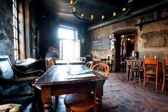 Ciemna restauracja z jaskrawym światłem od drzwi Obraz Stock