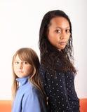 Ciemna tropikalna kobieta i blondyn dziewczyna Obraz Stock