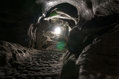 Ciemna Tunelowa jama żadny ciało Turystyczna trasa, wycieczki turysyczne przygody i ciekawić miejsca, wśrodku antycznych krystali zdjęcia royalty free