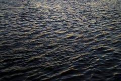 Ciemna wodna tekstura odbija zmierzch Fotografia Royalty Free