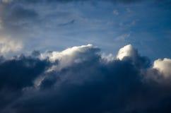 Ciemne burz chmury Gotuje się w ciemnienie wieczór niebie obrazy royalty free