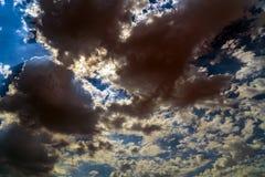 Ciemne burz chmury na jaskrawym niebieskim niebie fotografia royalty free