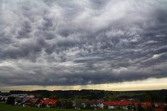 Ciemne burz chmury nad miastem obrazy stock