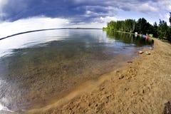 Ciemne burz chmury przed deszczem nad jezioro Fotografia Stock