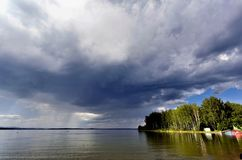 Ciemne burz chmury przed deszczem nad jezioro Obraz Stock