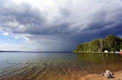Ciemne burz chmury przed deszczem nad jezioro Obrazy Stock